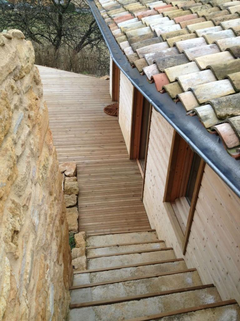 La tendance bardage bois pour isoler les murs de votre maison for Encadrement de fenetre en bois